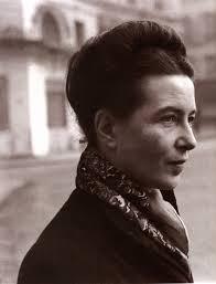 Na foto, Simone de Beauvoir. Houve um gap entre a emergência do feminismo marxista e do feminismo radical e Beauvoir foi uma voz solitária nesse período de transição. Na sua obra de 1949, O Segundo Sexo, ela dá as bases para a configuração do conceito de gênero, usado nos feminismos posteriores. Ela afirma que não há uma natureza feminina, frágil e imperfeita, mas papeis socialmente construídos e atribuídos às mulheres que lhes dariam essa condição de inferioridade. O gênero seria, então, a construção social do que seria feminino e masculino.