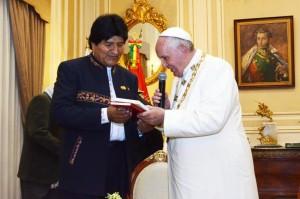 Evo Morales entrega ao papa Francisco um exemplar de El Libro del Mar. Foto: Jose LIrauze/ ABI | fotospublicas.com