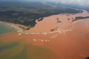 O deslocamento da lama tóxica atinge o litoral do Espírito Santo.