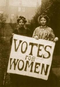 Annie Kenney (à esquerda) e Christabel Pankhurst (à direita).