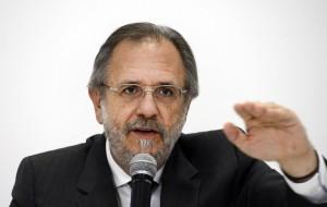 Brasília - Ministro do Trabalho e Previdência Social, Miguel Rossetto, fala a imprensa sobre o novo o salário mínimo em vigor a partir de janeiro de 2016: R$ 880,00 (Valter Campanato/Agência Brasil)