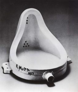 """Marcel Duchamp """"retirando-o (o urinol) de um contexto em que, por serem todas as coisas utilitárias, nada pode ser estético, situa-o numa dimensão na qual, nada sendo utilitário, tudo pode ser estético""""."""