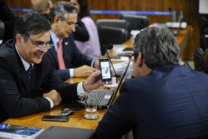 Senadores da Comissão Especial do Impeachment trocam memes sobre Dilma. Foto: Marcos Oliveira/Agência Senado