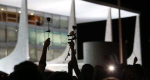 Brasília- DF- Brasil- 19/04/2016- A Presidenta Dilma Rousseff desceu a rampa do Palácio do Planalto para cumprimentar mulheres que estavam em frente ao Palácio e recebeu flores. Foto: Lula Marques/ Agência PT